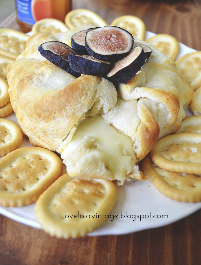 Baked Brie with Apricot Jam and Figs // thepapermama.com