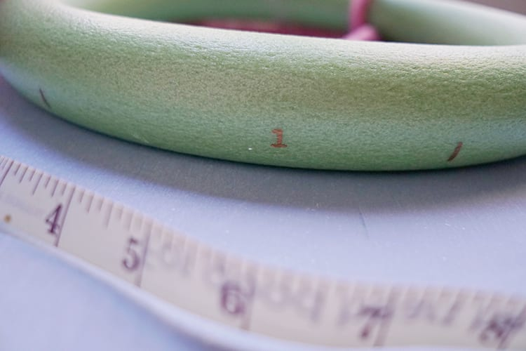 How to Make a Wreath Step by Step - Measuring